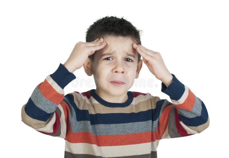 El niño tiene dolor de cabeza imagen de archivo