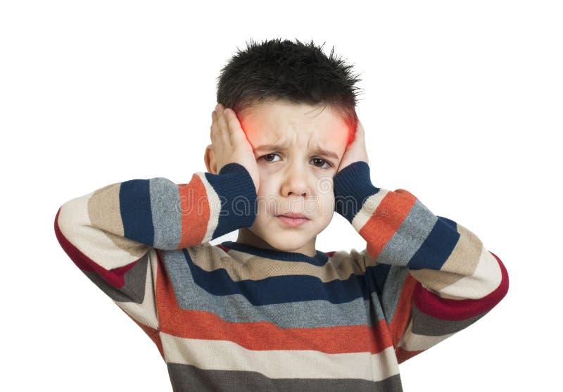 El niño tiene dolor de cabeza fotografía de archivo libre de regalías