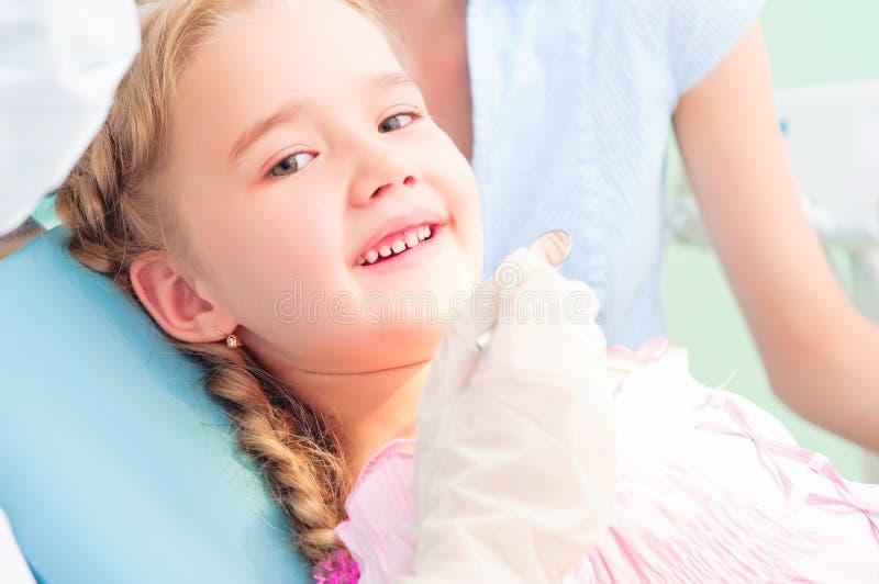 El niño visita a un dentista foto de archivo