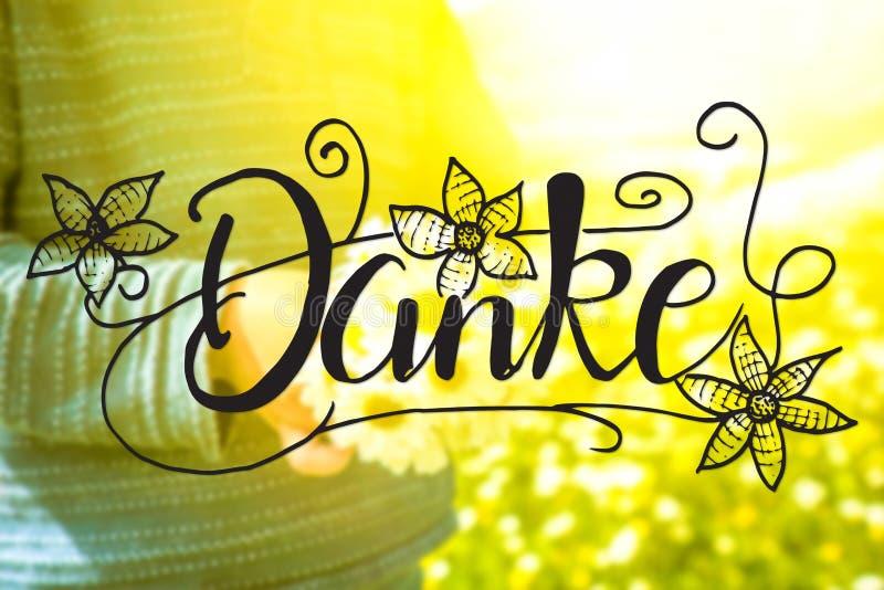 El ni?o, ramo de Daisy Flower, caligraf?a Danke significa le agradece foto de archivo libre de regalías
