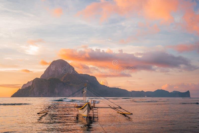 El Nido美好的isyllic日落视图在巴拉旺岛海岛,菲律宾 免版税库存照片