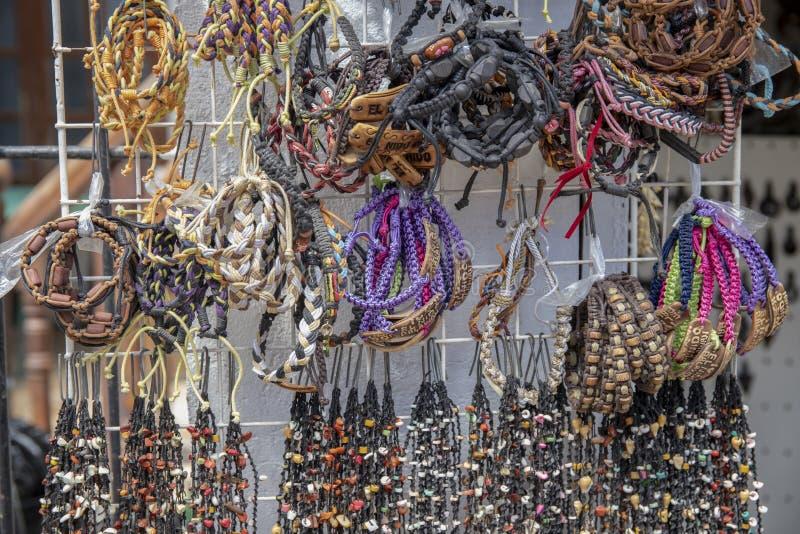 El Nido Filipiny - 22 2018 Nov: handmade nieociosane bransoletki dla bubla na pokazie Rodzimy handmade biżuteria styl obraz stock