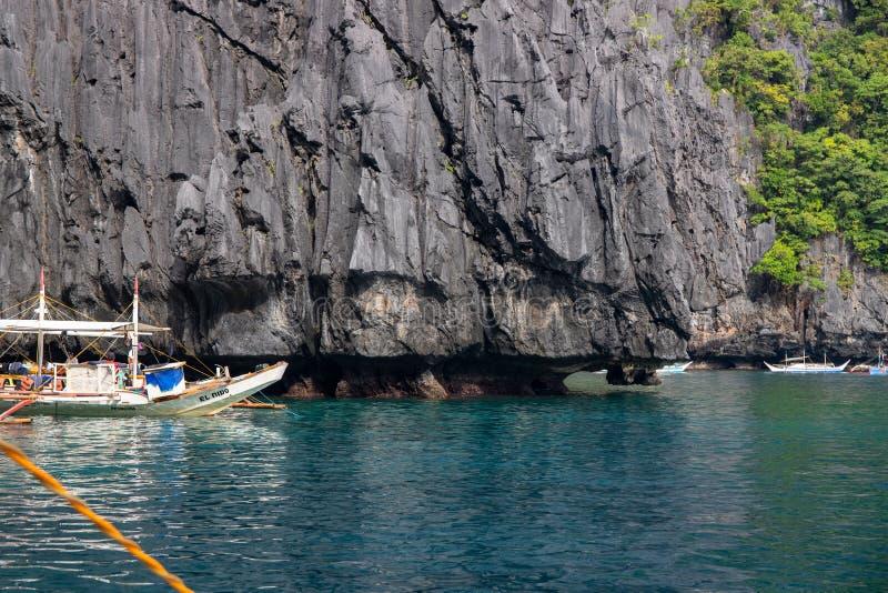 El Nido Filipiny - 20 2018 Nov: morze krajobraz z falezą i białą turystyczną łodzią Palawan wyspy łódkowata wycieczka turysyczna obraz stock