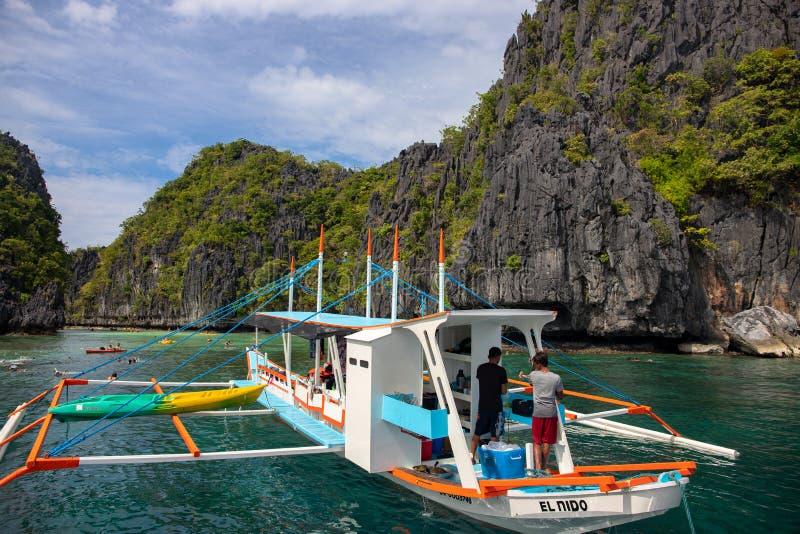 El Nido, Filipiny - 19 2018 Nov: turystyczna łódź w tropikalnej wyspy lagunie Wyspy chmielenia wycieczka turysyczna Halny morze k fotografia royalty free