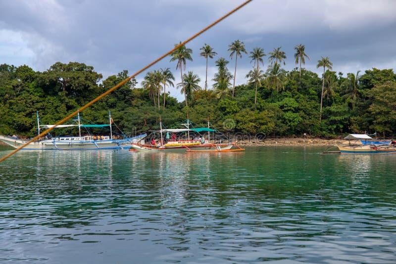 El Nido Filipiny - 17 2018 Nov: turystycznej łodzi wycieczka turysyczna blisko tropikalnej wyspy Tropikalny nadmorski z błękitną  fotografia stock