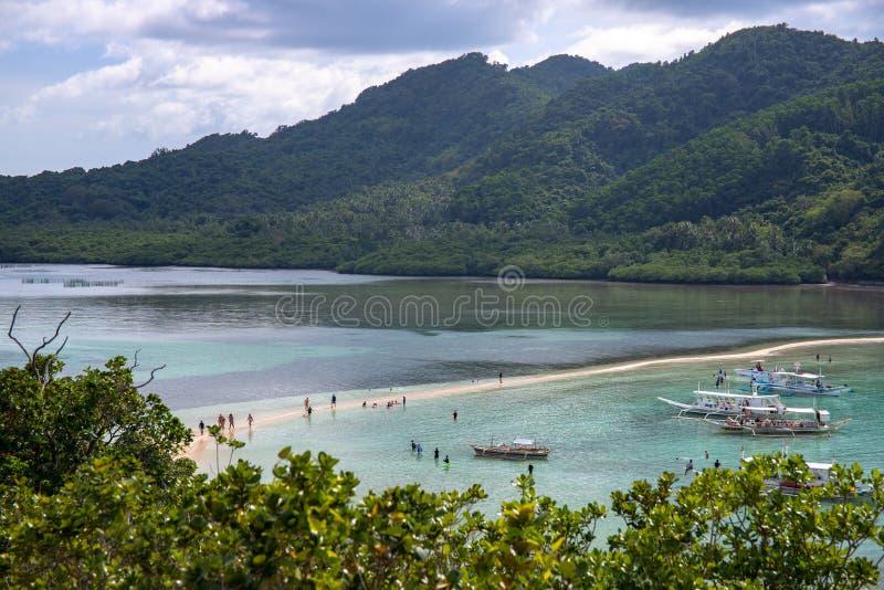 El Nido Filipiny - 17 2018 Nov: turystycznej łodzi wycieczka turysyczna blisko tropikalnej wyspy Tropikalny nadmorski z błękitną  zdjęcie royalty free