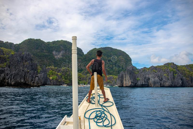EL Nido, les Philippines - 19 novembre 2018 : batelier sur le bateau de pêche Horizontal tropical d'île Visite de voyage d'île en photographie stock libre de droits