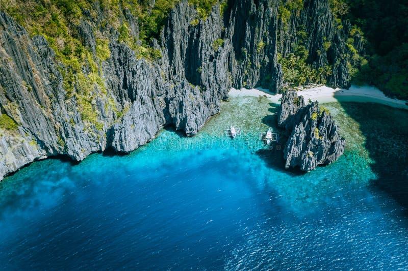 EL Nido, Palawan, Filipinas Vista antedicha aérea de los barcos del banca rodeados por las rocas del paisaje del karst en la play imágenes de archivo libres de regalías