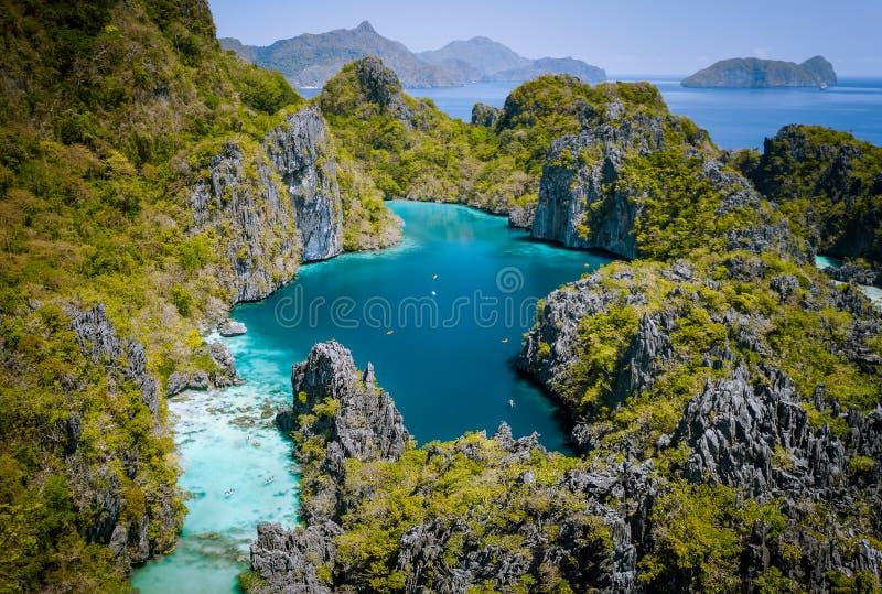 El Nido, Palawan, Filippinerna Flyg- surrsikt av den härliga stora lagun som omges av karstkalkstenklippor turister arkivfoton