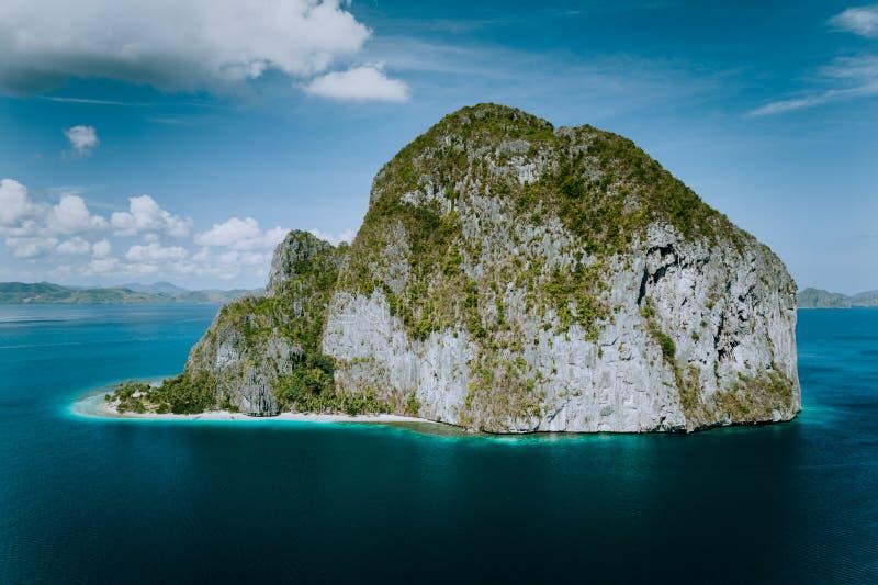 El Nido, Palawan, Filippinerna Pinagbuyutan ö från flyg- surrperspektiv royaltyfria foton