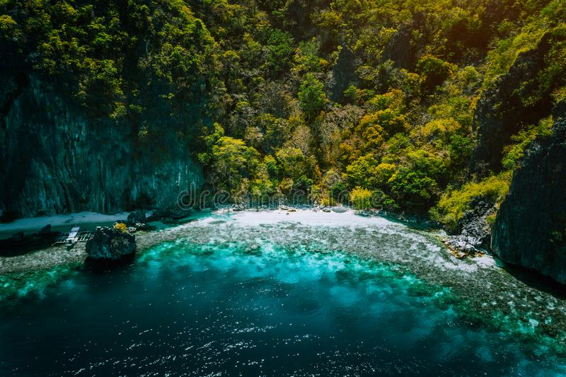 EL Nido, Palawan, Philippinen, Vogelperspektive von banca Boot, von ursprünglichem Sandstrand der Karstgebirgswand und von Korall stockfotos