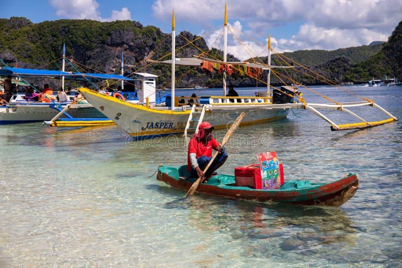 EL Nido, Philippines - 20 novembre 2018 : paysage de mer avec le vendeur de bateau de touristes et de nourriture dans le kayak Ve photo stock