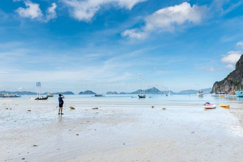 El Nido Seashore w Palawan Niski przypływ i góra z łodziami w tle zdjęcie stock
