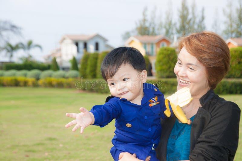 El nieto con los abuelos imagen de archivo libre de regalías