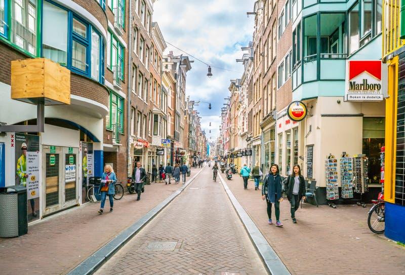 El Nieuwe Hoogstraat con el turista y los locals que buscan un negocio foto de archivo