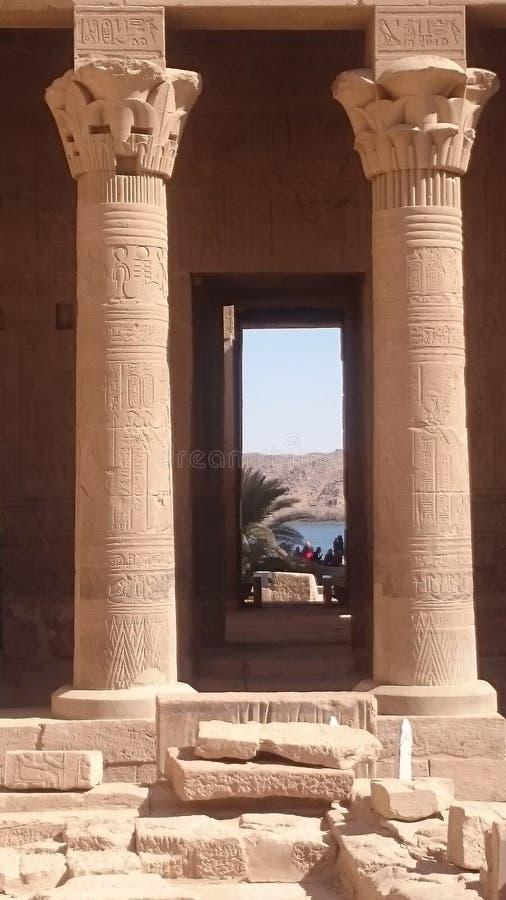 El Nilo a través de las puertas del templo foto de archivo libre de regalías