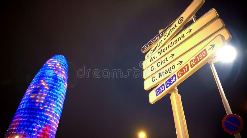 El nombre de la calle firma adentro Barcelona, edificio de oficinas iluminado, centro de negocios imágenes de archivo libres de regalías