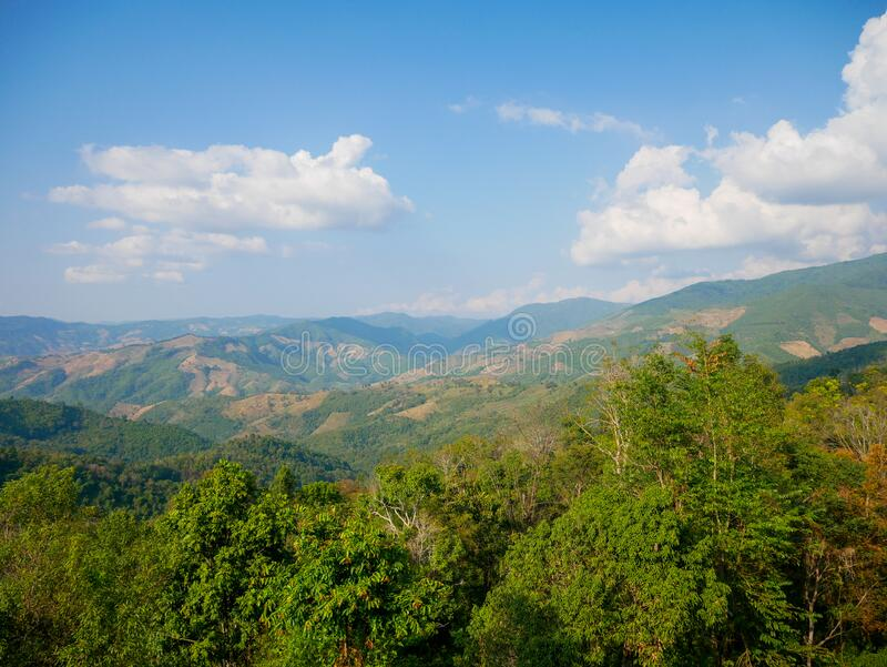 El nombre thai de paisajes montañosos: Doi Sakad en PUA, NAN, Tailandia Entorno verde emblemático al aire libre en cielo azul Her fotos de archivo