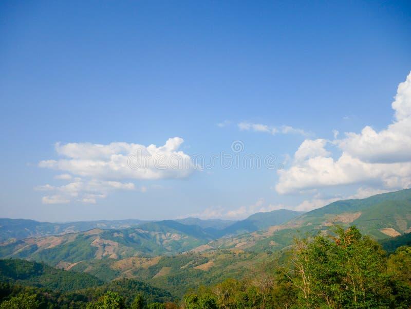 El nombre thai de paisajes montañosos: Doi Sakad en PUA, NAN, Tailandia Entorno verde emblemático al aire libre en cielo azul Her imágenes de archivo libres de regalías
