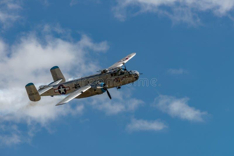 El ` norteamericano de Mitchell del ` de B-25J saca tiempo foto de archivo