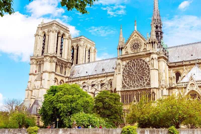 El Notre-Dame de Paris es una catedral católica medieval en la isla de la citación en París, Francia fotografía de archivo