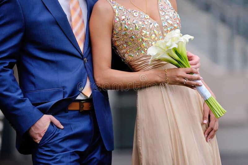 El novio abraza a la novia imagen de archivo