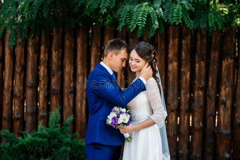 El novio abraza a la novia Pares de la boda en amor en el día de boda imagenes de archivo