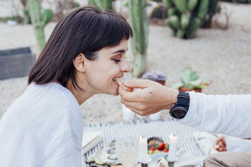 El novio alimenta sus bocados de los girfriends imágenes de archivo libres de regalías