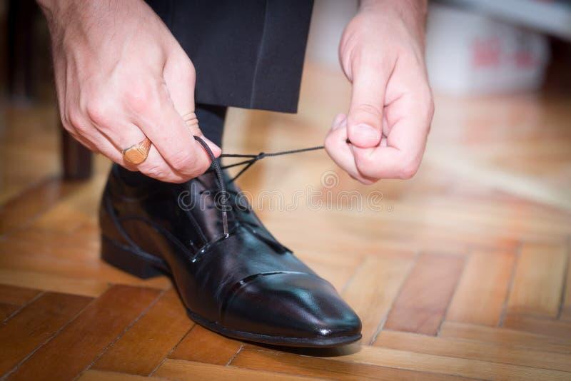 el novio ató su zapato foto de archivo libre de regalías