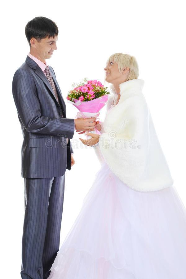 El novio da a novia un ramo de rosas foto de archivo libre de regalías