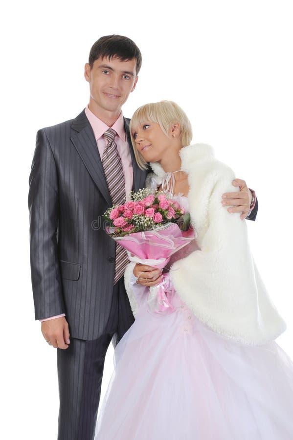 El novio da a novia un ramo de rosas fotografía de archivo