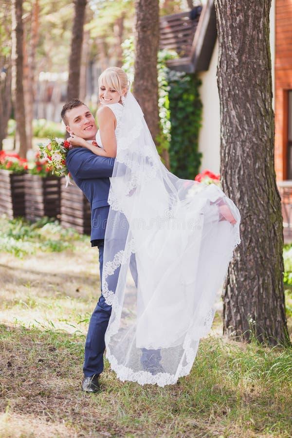 El novio detiene a su novia fotografía de archivo