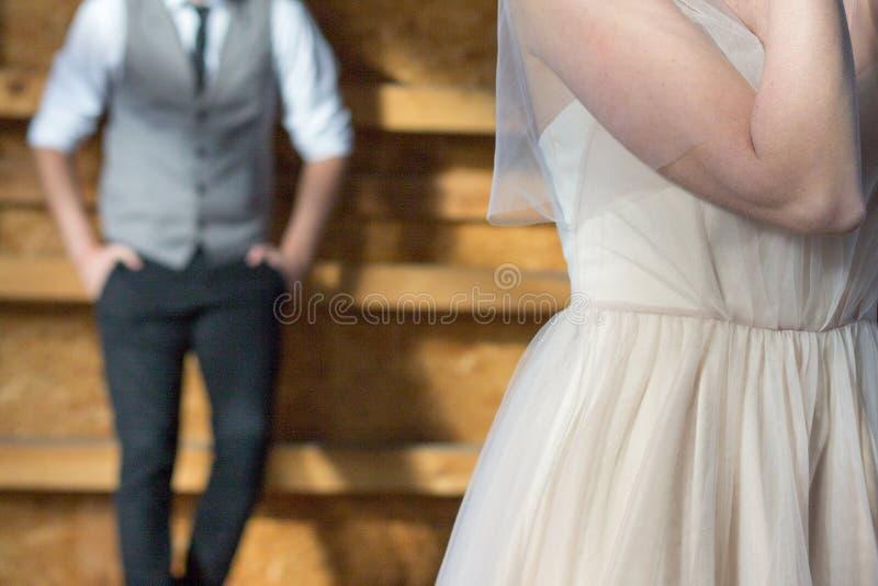 El novio en el fondo, la novia en el primero plano imagen de archivo