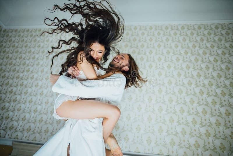 El novio lanza la diversión de la novia fotos de archivo