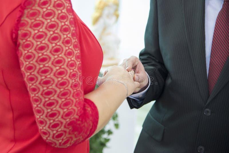 El novio pone el anillo de la novia en el día de su boda imágenes de archivo libres de regalías