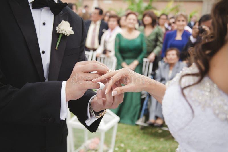 El novio pone el anillo en el finger de la novia foto de archivo libre de regalías