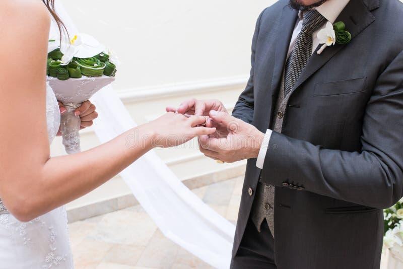 El novio pone un anillo en el finger del ` s de la novia imágenes de archivo libres de regalías