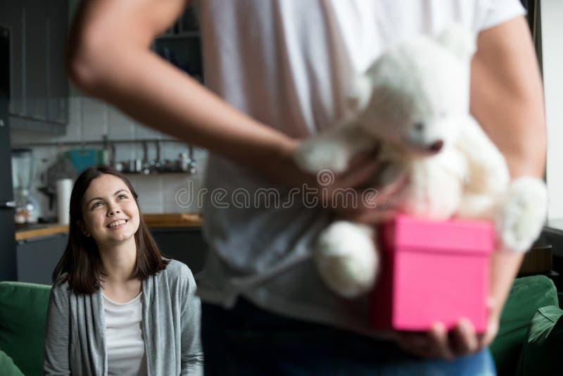 El novio tiene un presente para la muchacha querida imágenes de archivo libres de regalías