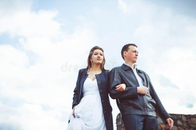 El novio y la novia camina abajo de la calle imagen de archivo