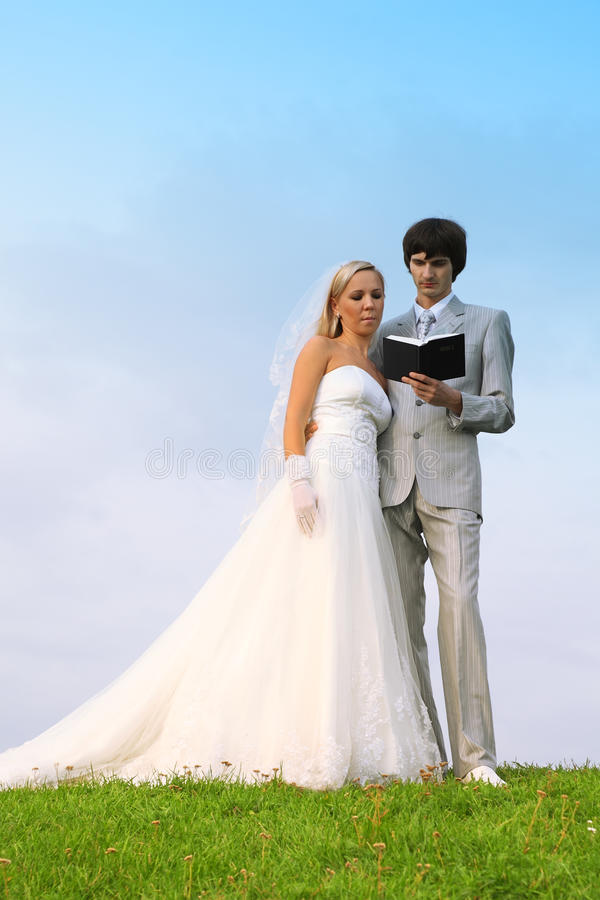 El novio y la novia leyeron la biblia juntos fotos de archivo libres de regalías