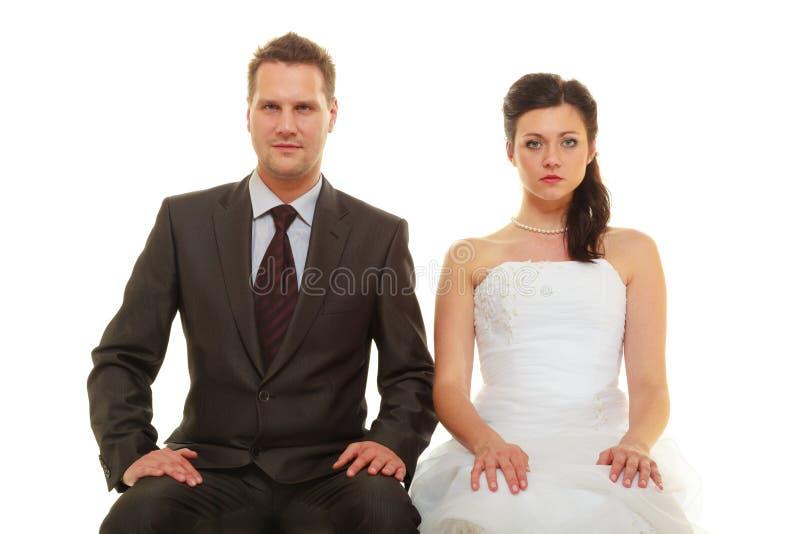 El novio y la novia tristes juntan para casarse que espera foto de archivo libre de regalías