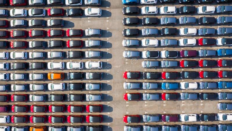 El nuevo coche se alineó en el puerto para la importación del coche del negocio y exporta la visión logística, aérea imagen de archivo libre de regalías