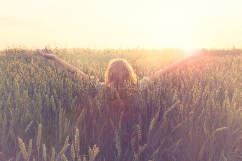 El nuevo día agradable, mujer con los brazos aumentados abraza el sol fotografía de archivo libre de regalías