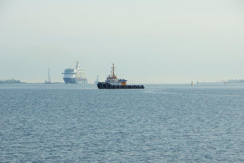 El nuevo ` de Mein Schiff 6 del ` de la nave de la bandera de Tui Cruises le hace primero llamada al puerto de Kiel foto de archivo