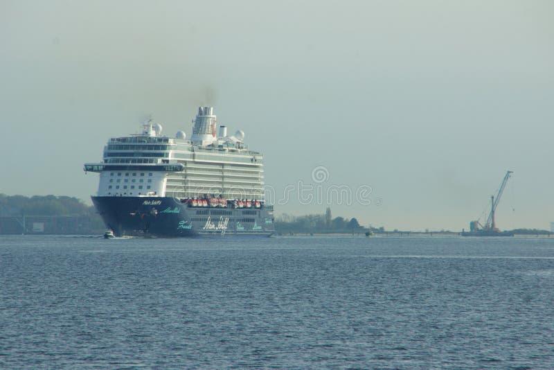 El nuevo ` de Mein Schiff 6 del ` de la nave de la bandera de Tui Cruises le hace primero llamada al puerto de Kiel imagen de archivo
