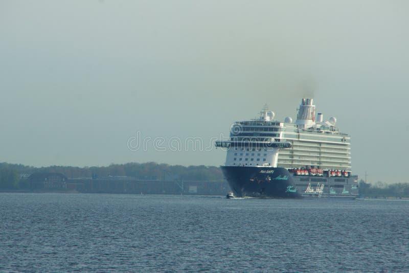 El nuevo ` de Mein Schiff 6 del ` de la nave de la bandera de Tui Cruises le hace primero llamada al puerto de Kiel fotografía de archivo libre de regalías