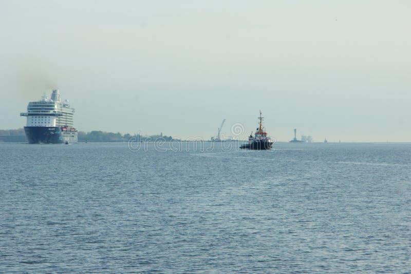 El nuevo ` de Mein Schiff 6 del ` de la nave de la bandera de Tui Cruises le hace primero llamada al puerto de Kiel foto de archivo libre de regalías