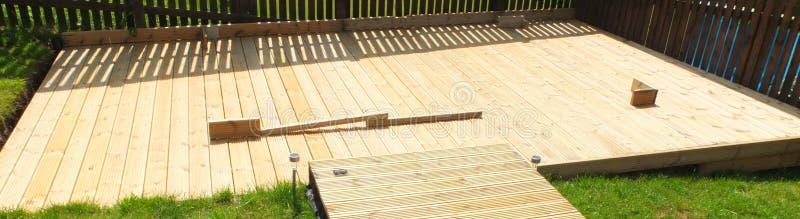 El nuevo Decking del jardín construido con la madera fresca sube foto de archivo libre de regalías