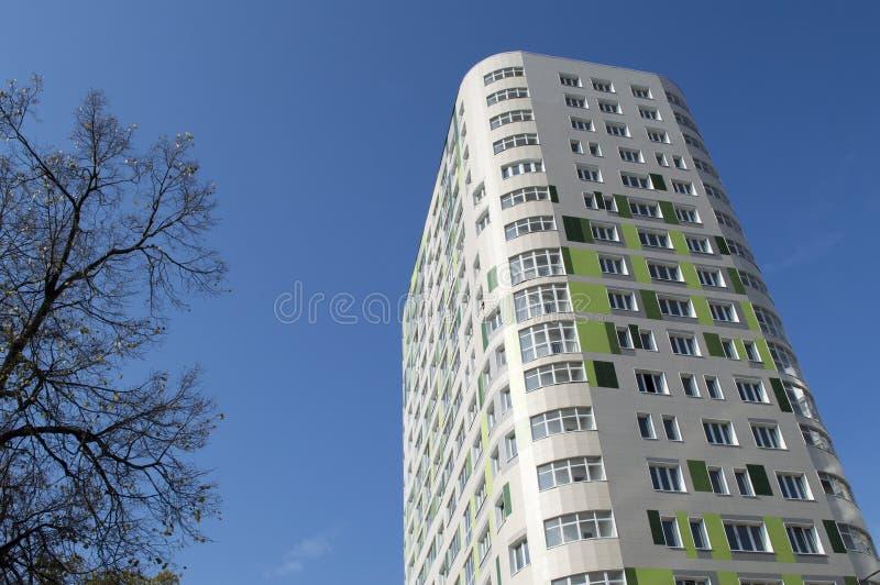 El nuevo edificio de varios pisos habitado fotos de archivo