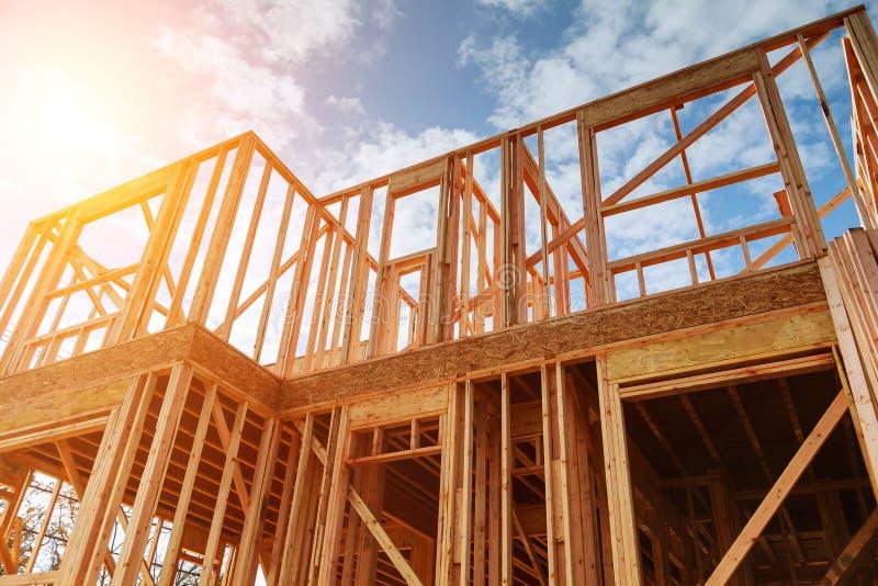 El nuevo enmarcar casero de la construcción residencial contra un cielo azul imagen de archivo